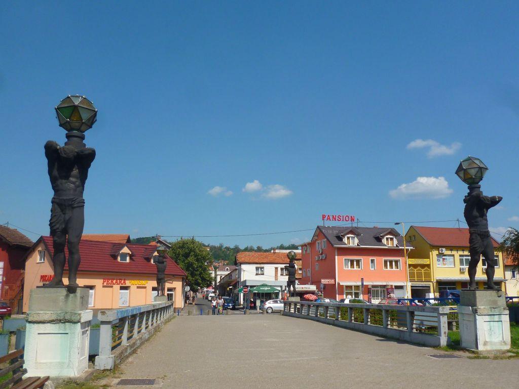 Мост со статуями в Тузле. Фото: Елена Арсениевич, CC BY-SA 3.0