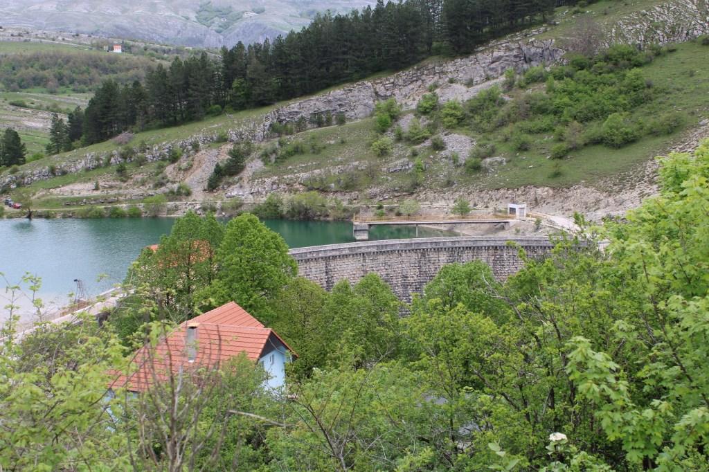 Лукообразная каменная плотина. Фото: Елена Арсениевич, CC BY-SA 3.0