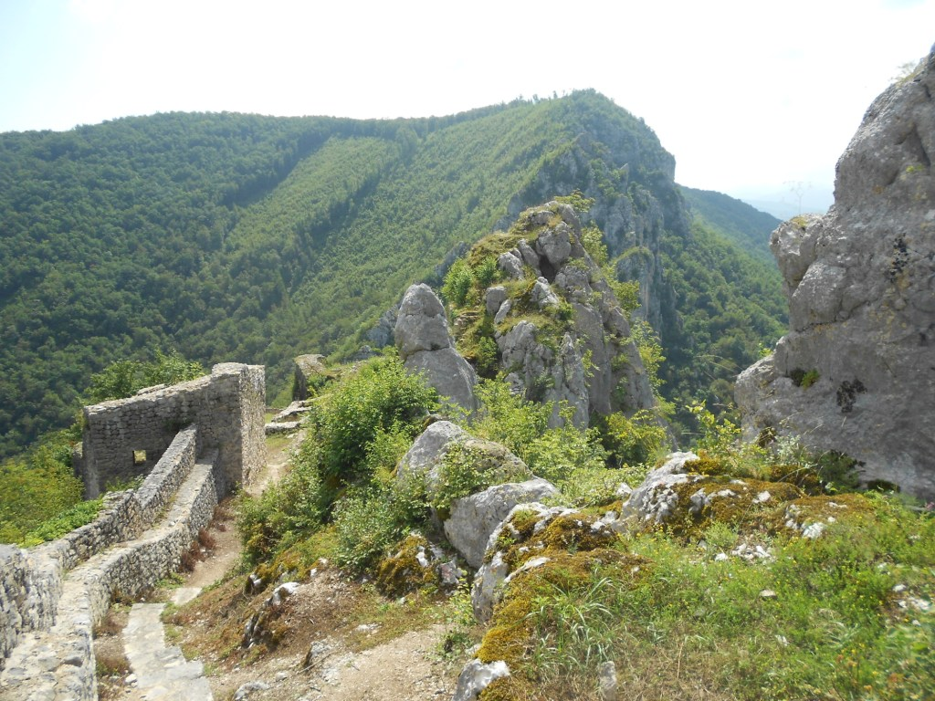 Остатки входной башни и скалы, защищающие с юга. Фото: Елена Арсениевич, CC BY-SA 3.0