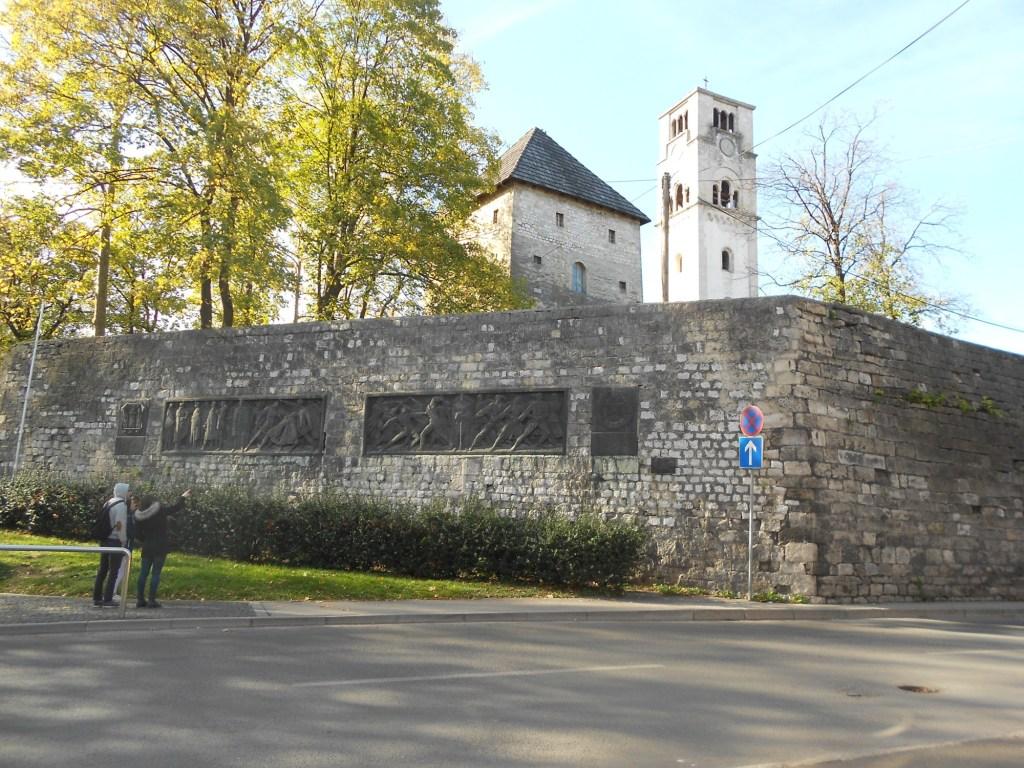 Остатки крепостной стены и башня. Фото: Елена Арсениевич, CC BY-SA 3.0