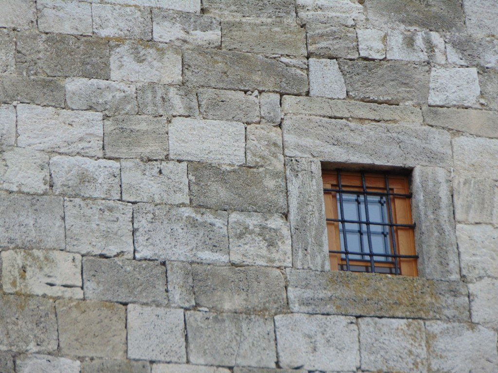 Стеклопакеты на старинной башне. Фото: Елена Арсениевич, CC BY-SA 3.0