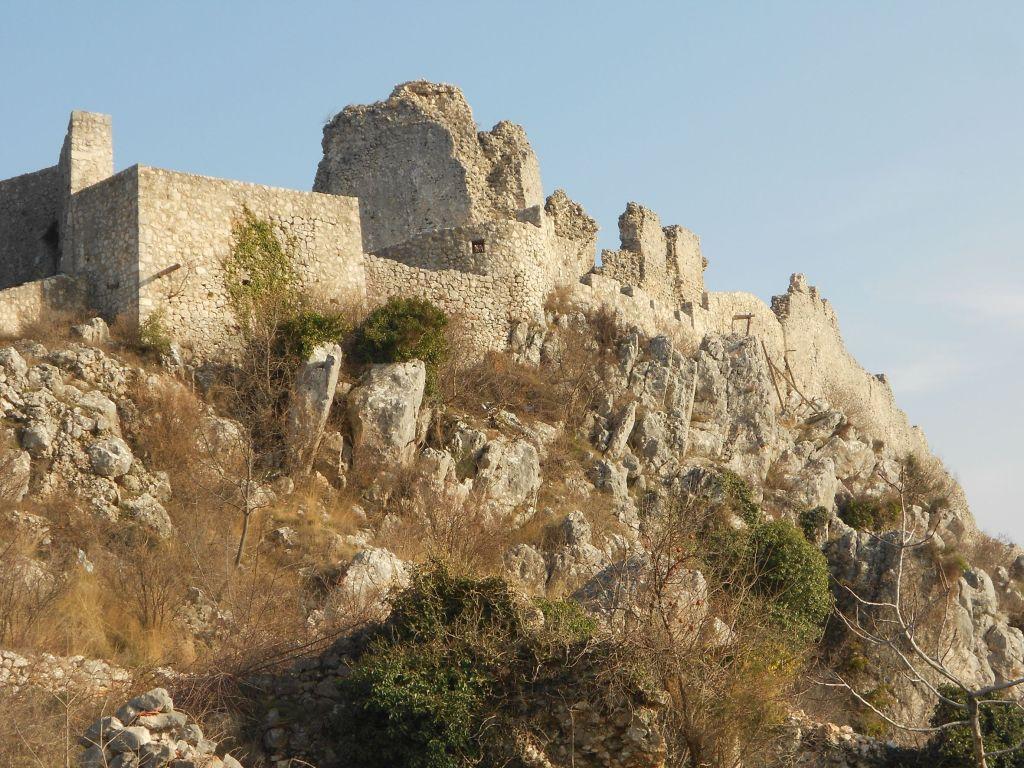 Крепость Любушки, вырастающая из скалы. Фото: Елена Арсениевич, CC BY-SA 3.0