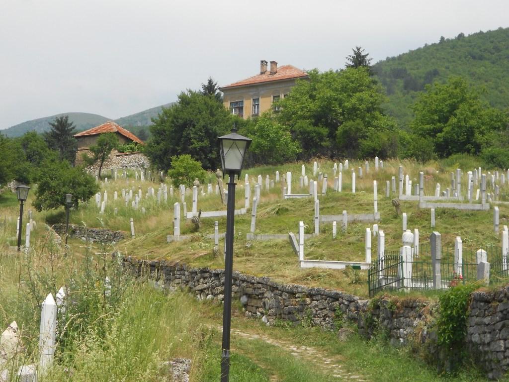 Кладбище рядом с мечетью. Фото: Елена Арсениевич, CC BY-SA 3.0
