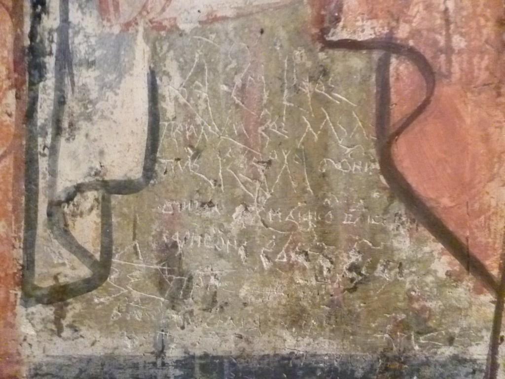 Надписи поверх фресок. Фото: Елена Арсениевич, CC BY-SA 3.0