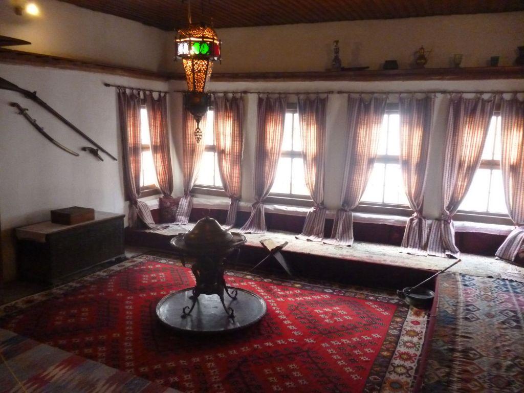 Полка-раф в доме Сврзо в Сараево. Фото: Елена Арсениевич, CC BY-SA 3.0