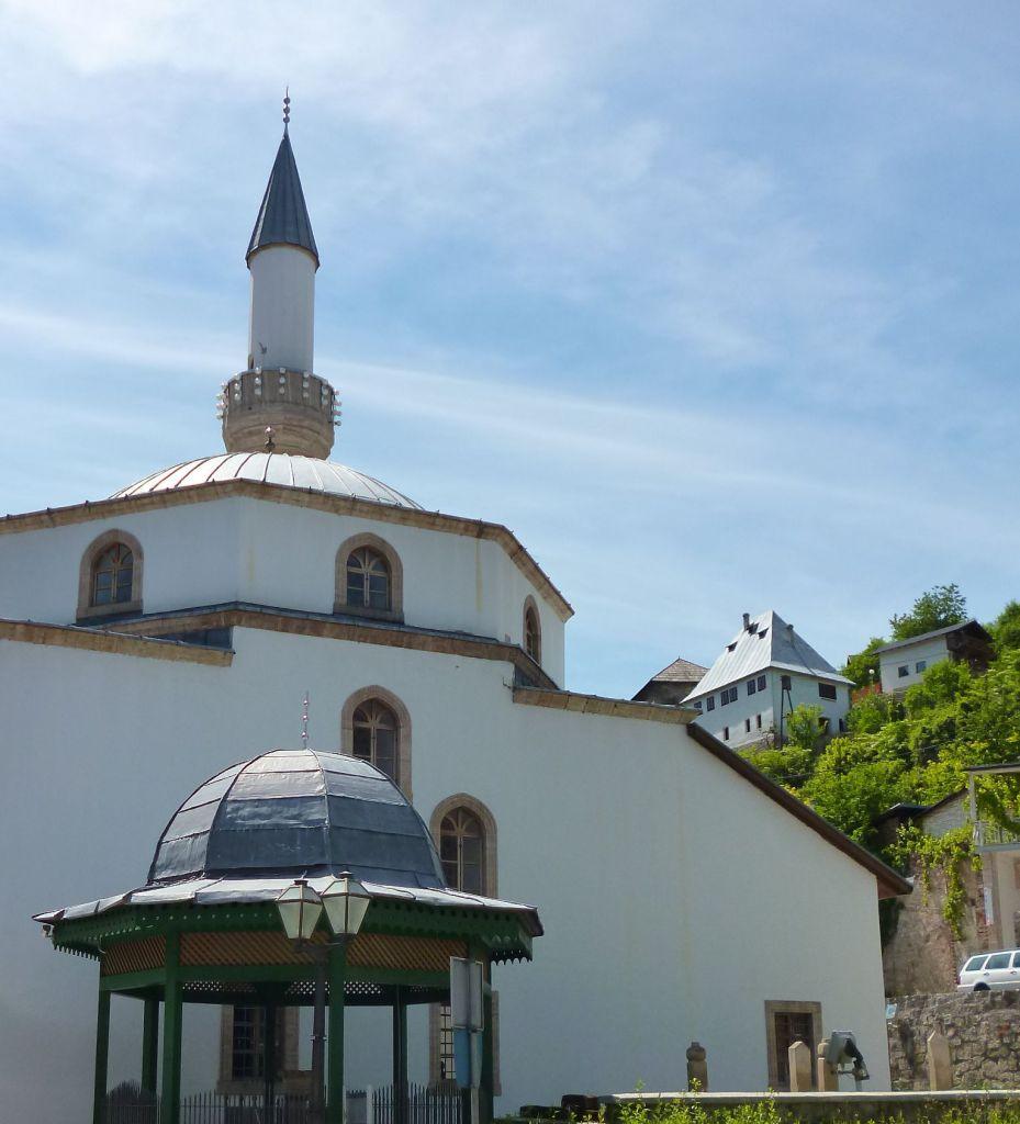 Шадрван перед мечетью. Фото: Елена Арсениевич, CC BY-SA 3.0