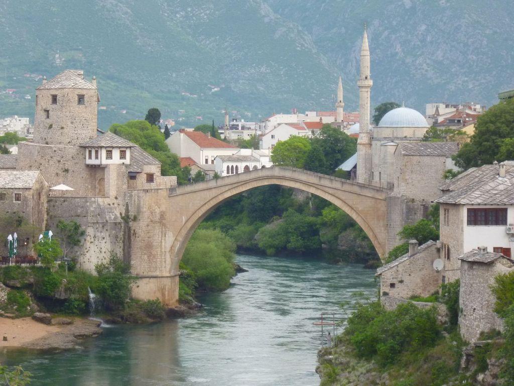Старый мост и башня Халебия, вид с юга. Фото: Елена Арсениевич, CC BY-SA 3.0