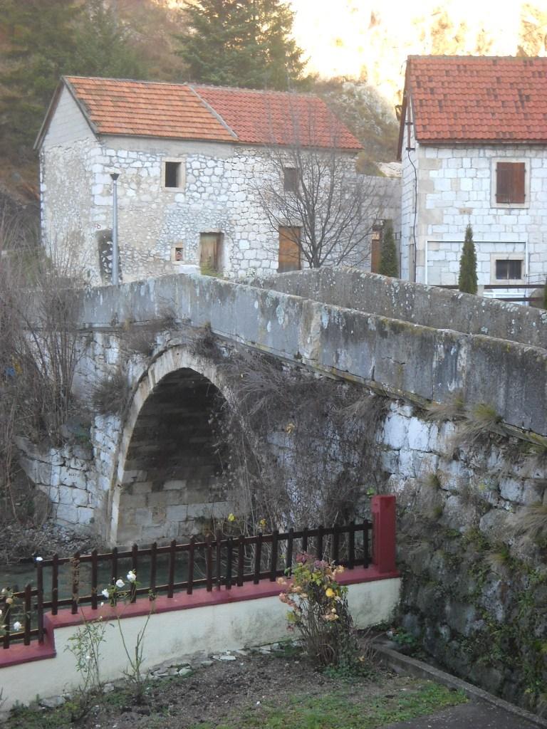 Грубая кладка старинного моста. Фото: Елена Арсениевич, CC BY-SA 3.0