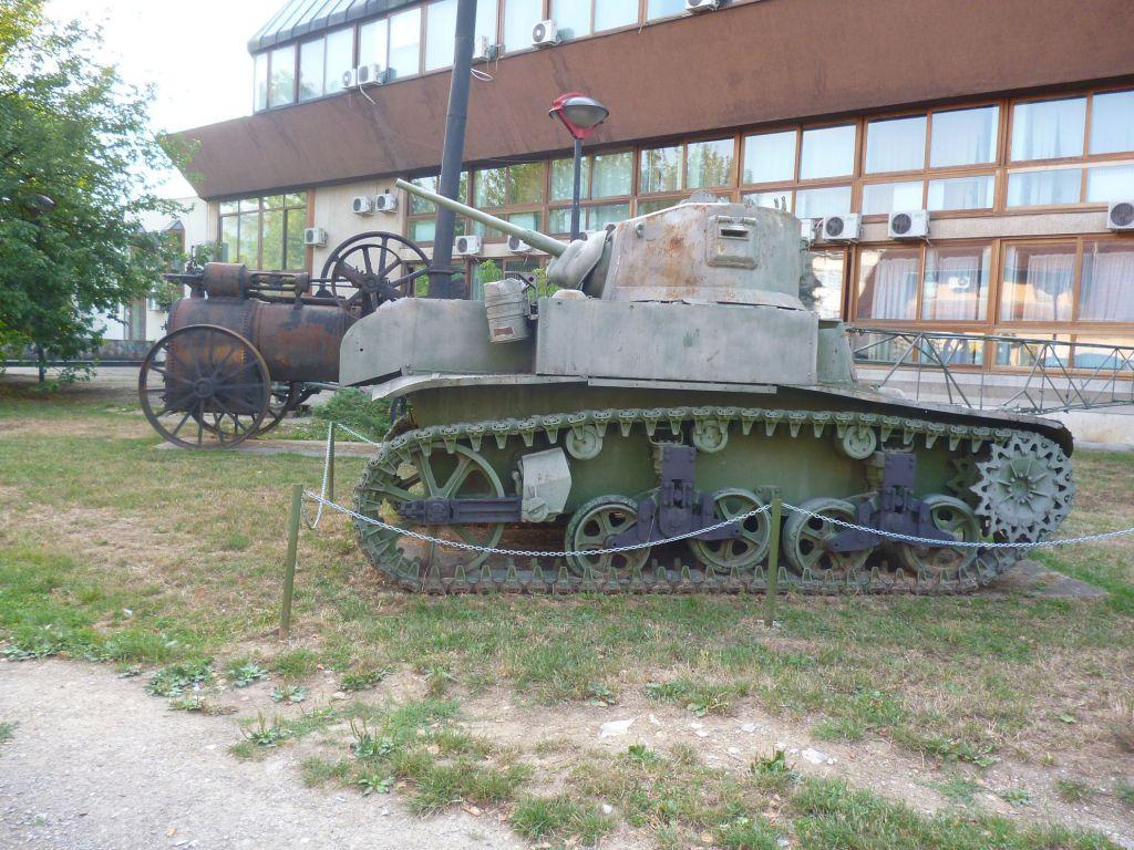 Военная техника во дворе музея. Фото: Елена Арсениевич, CC BY-SA 3.0
