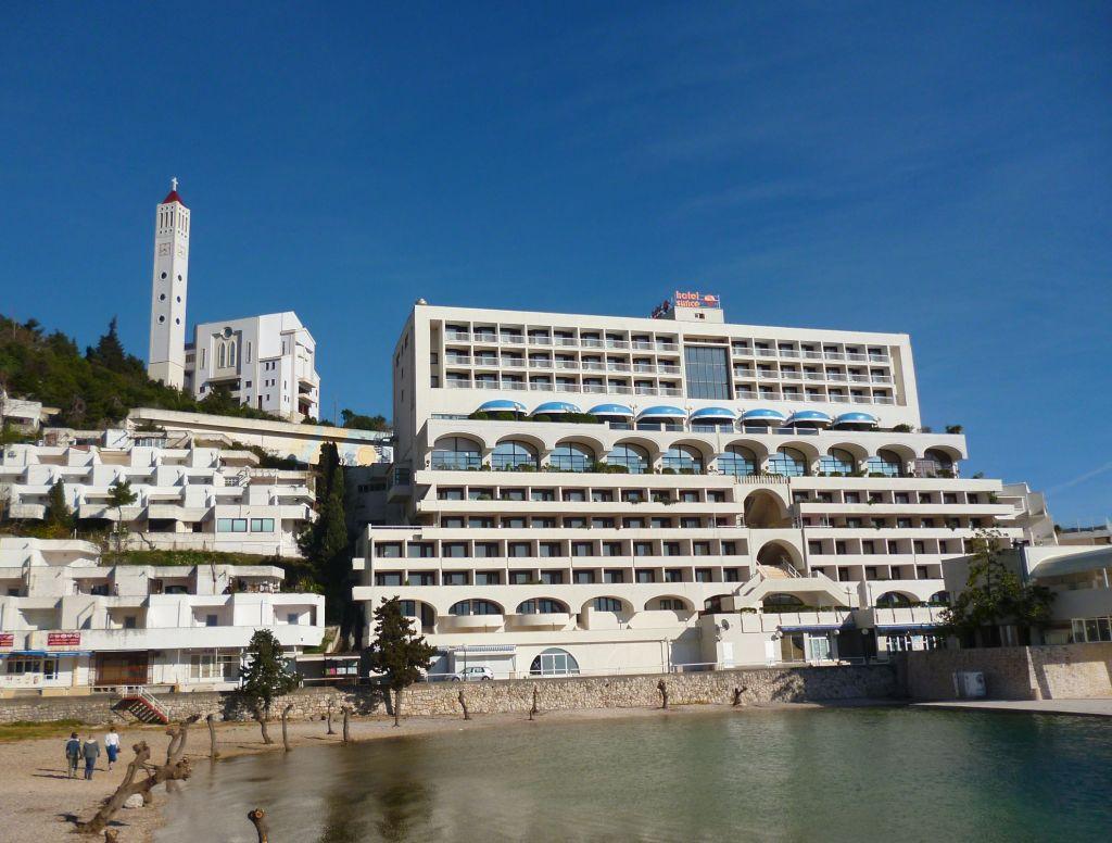 Эта гостиница помнит ещё югославские времена. Фото: Елена Арсениевич, CC BY-SA 3.0