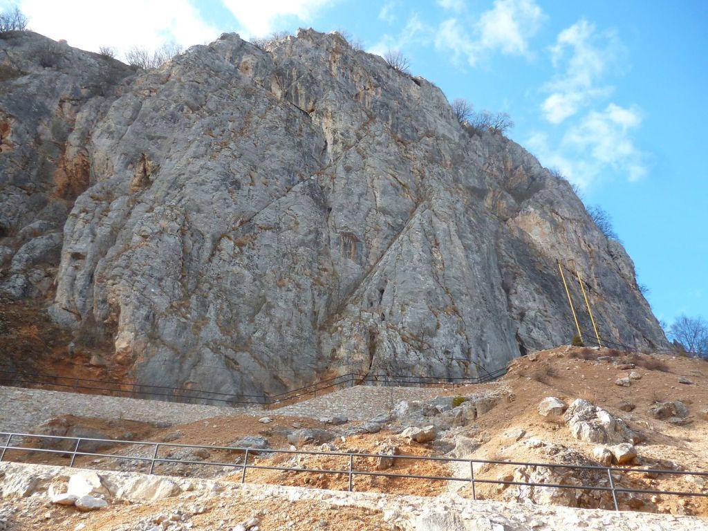 Вход в пещеру Орловачу находится в отвесной скале. Фото: Елена Арсениевич, CC BY-SA 3.0