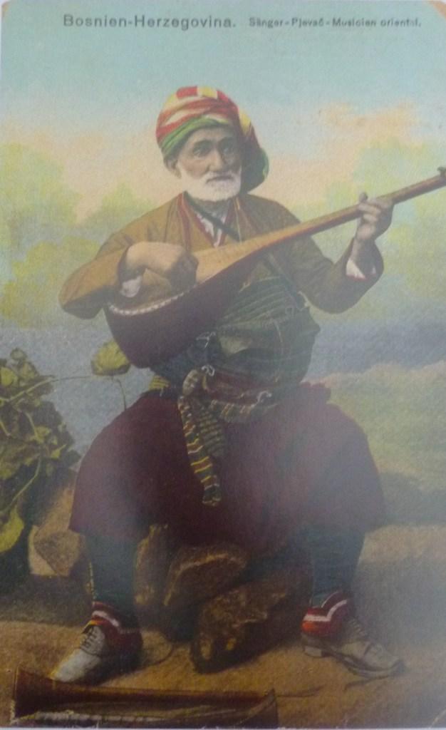 Музыкант с сазом и в бенсилахе. Автор фото неизвестен, public domain