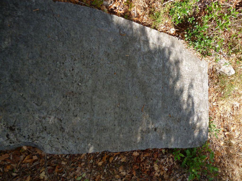 Надгробная плита у церкви. Фото: Елена Арсениевич, CC BY-SA 3.0