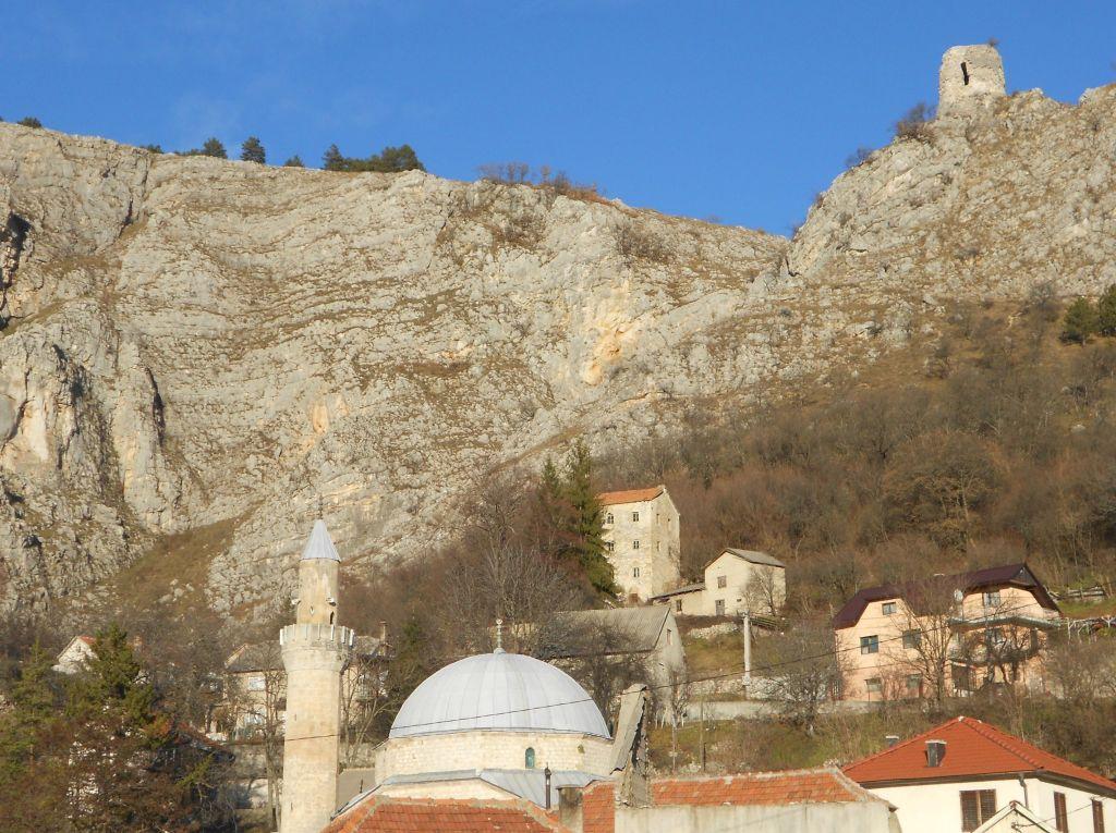 Башня Смаилагича. На переднем плане мечеть Балагуша, на заднем сторожевая башня Ливненской крепости. Фото: Елена Арсениевич, CC BY-SA 3.0