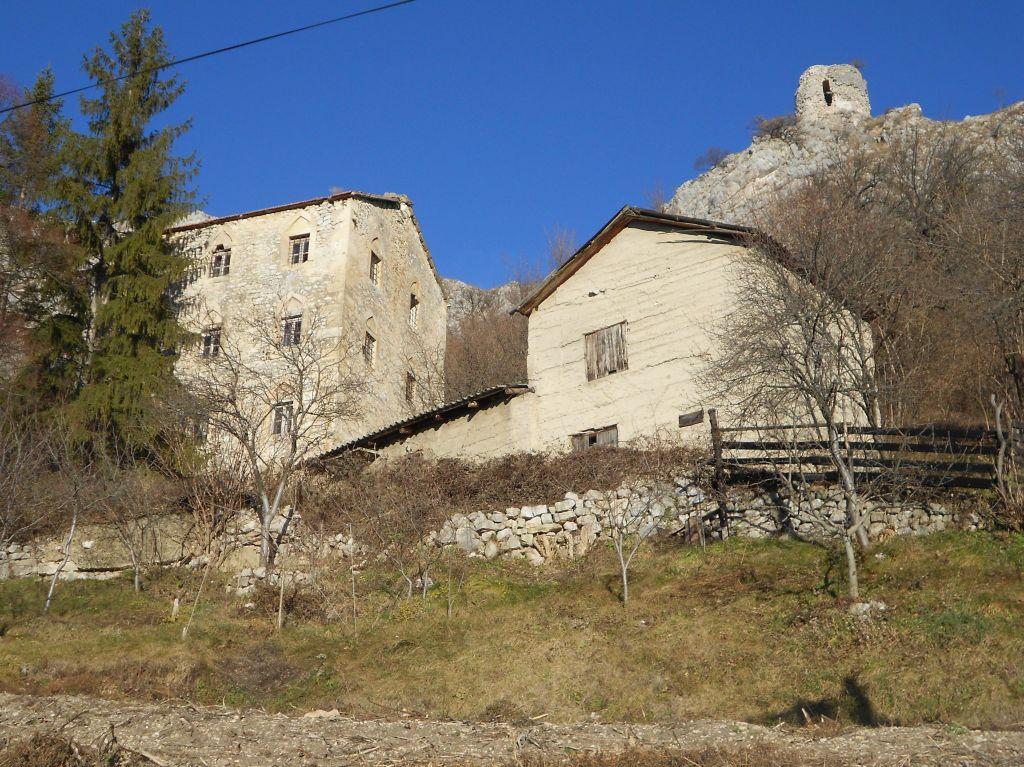 Две башни, жилая и (наверху) сторожевая. Фото: Елена Арсениевич, CC BY-SA 3.0