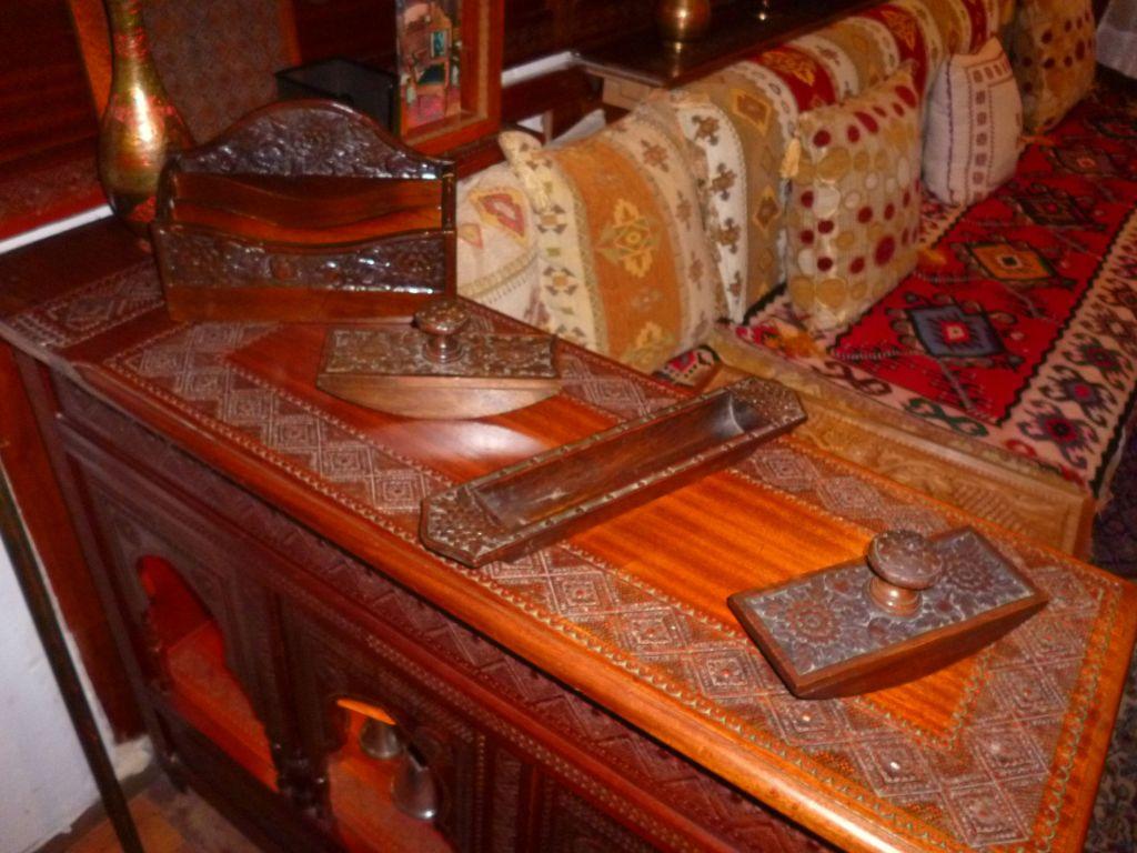 Письменный прибор и диван. Фото: Елена Арсениевич, CC BY-SA 3.0