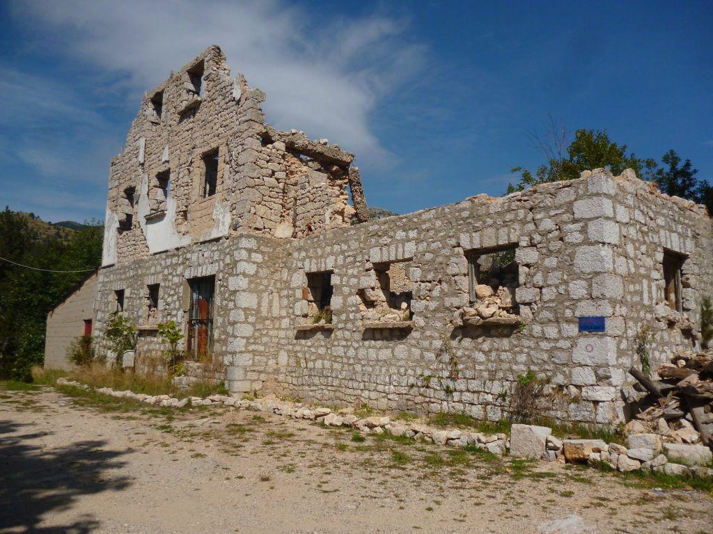 Руины старого планинарского дома. Рядом построен новый. Фото: Елена Арсениевич, CC BY-SA 3.0