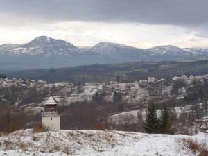 Часовая башня и Скопальская долина, вдали горы Рудина и Калин. Фото: Елена Арсениевич, CC BY-SA 3.0