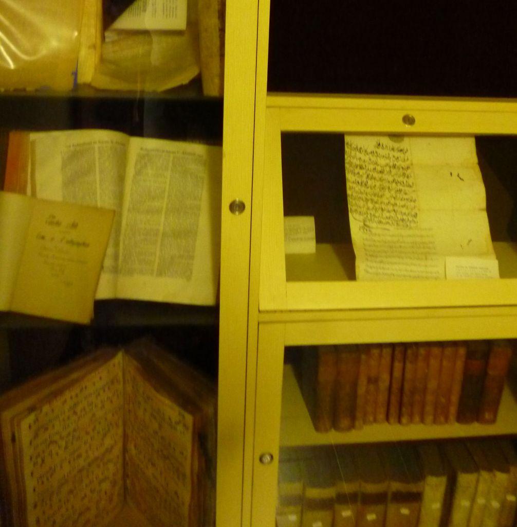 Старинные книги из монастырской библиотеки. Фото: Елена Арсениевич, CC BY-SA 3.0