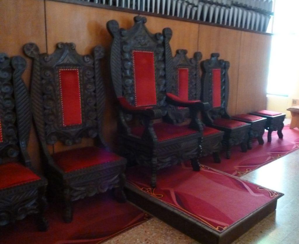 Резные стулья в церкви. Фото: Елена Арсениевич, CC BY-SA 3.0