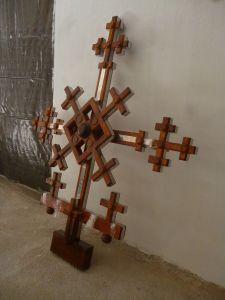 Ещё не установленный крест. Фото: Елена Арсениевич, CC BY-SA 3.0