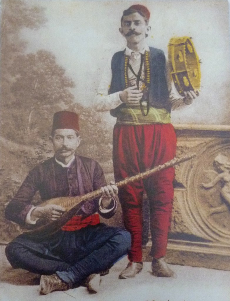 Сазлия и бубняр на старинной открытке. Автор неизвестен, public domain