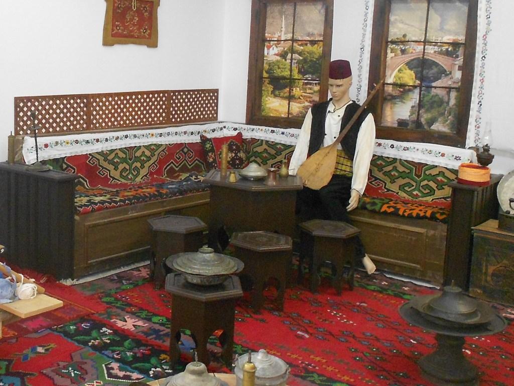 Ну как обойтись без саза? Экспозиция музея в Мостаре. Фото: Елена Арсениевич, CC BY-SA 3.0