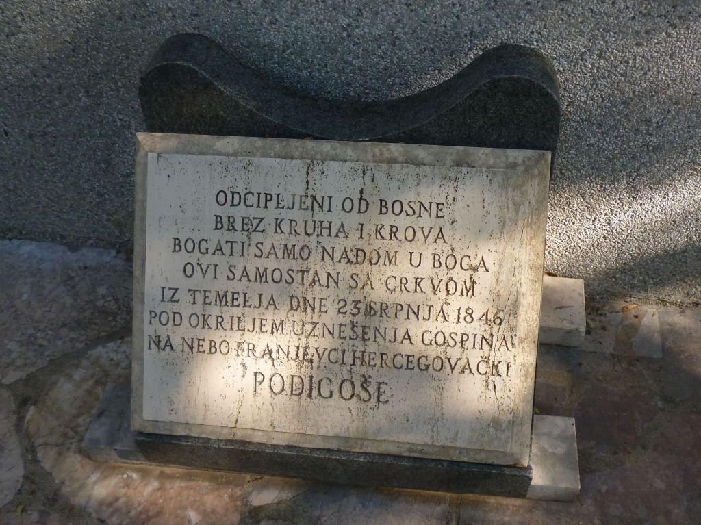 Памятная плита, установленная на первой церкви. Фото: Елена Арсениевич, CC BY-SA 3.0