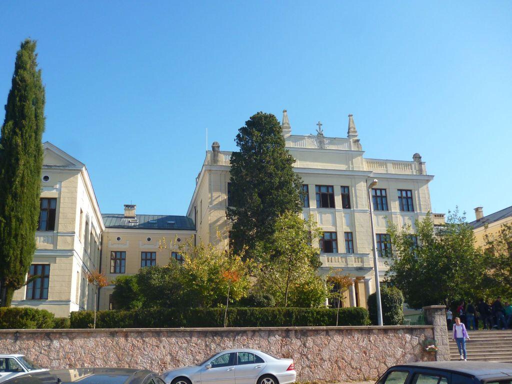 Гимназия, основанная при монастыре. Фото: Елена Арсениевич, CC BY-SA 3.0