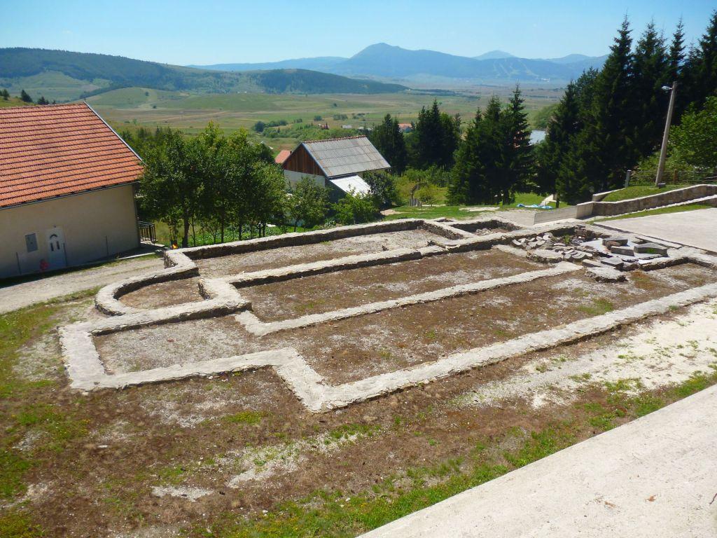 Старинные фундаменты. Фото: Елена Арсениевич, CC BY-SA 3.0