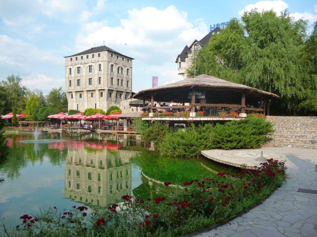 Этносело «Станишичи», отель и ресторан на озере. Фото: Елена Арсениевич, CC BY-SA 3.0