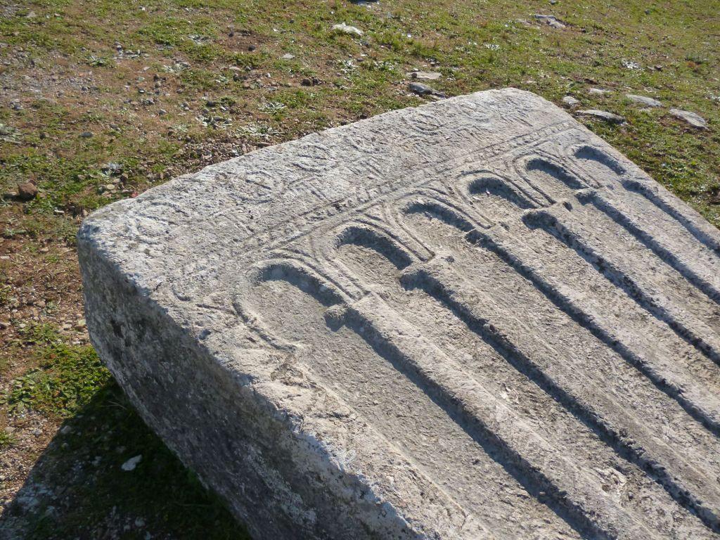 Упавший стечак с аркадами. Фото: Елена Арсениевич, CC BY-SA 3.0