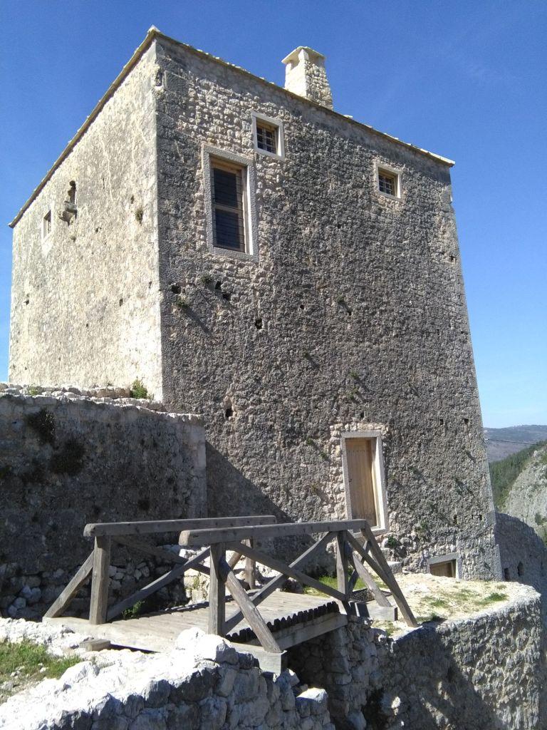 Башня с деревянным мостом. Фото: Елена Арсениевич, CC BY-SA 3.0