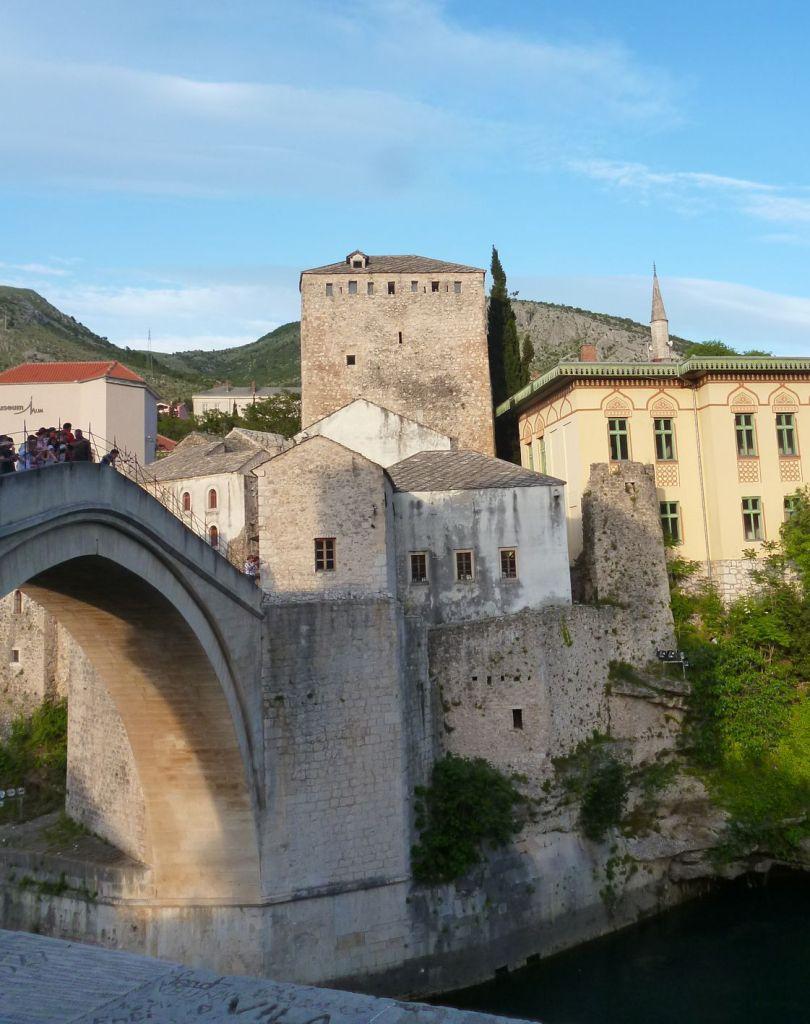 Башня Тара, вид с противоположной стороны моста. Фото: Елена Арсениевич, CC BY-SA 3.0