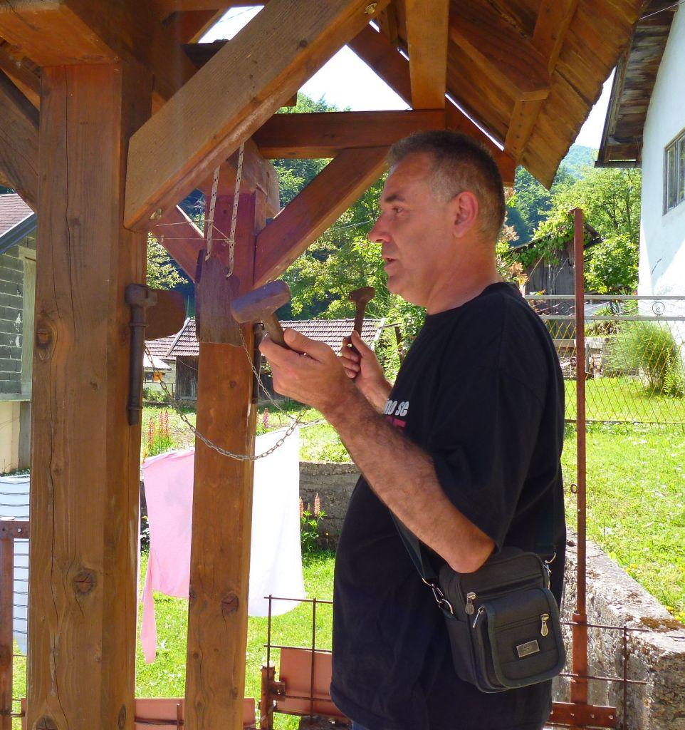 Журналист из Крешево Мило Юкич показывает, как звонить в «боснийский колокол». Фото: Елена Арсениевич, CC BY-SA 3.0