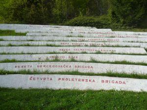 Амфитеатр с названиями партизанских подразделений. Фото: Елена Арсениевич, CC BY-SA 3.0