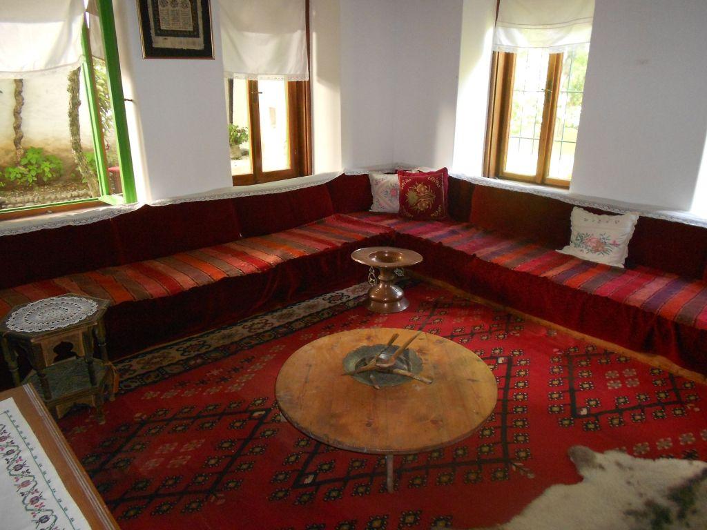 Традиционная обстановка комнаты. Фото: Елена Арсениевич, CC BY-SA 3.0