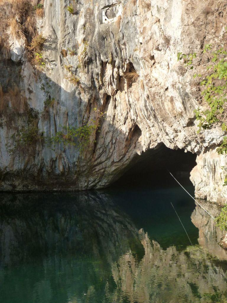 Канат нужен, чтобы вернуться из пещеры к причалу лодок. Фото: Елена Арсениевич, CC BY-SA 3.0