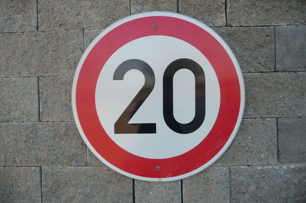 Успорити/usporiti. Pavel Ševela, CC BY-SA 3.0