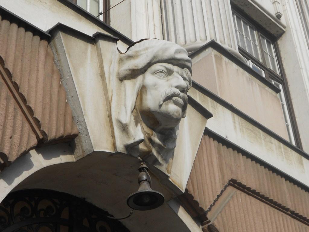 Голова бошняка над входом в банк. Фото: Елена Арсениевич, CC BY-SA 3.0