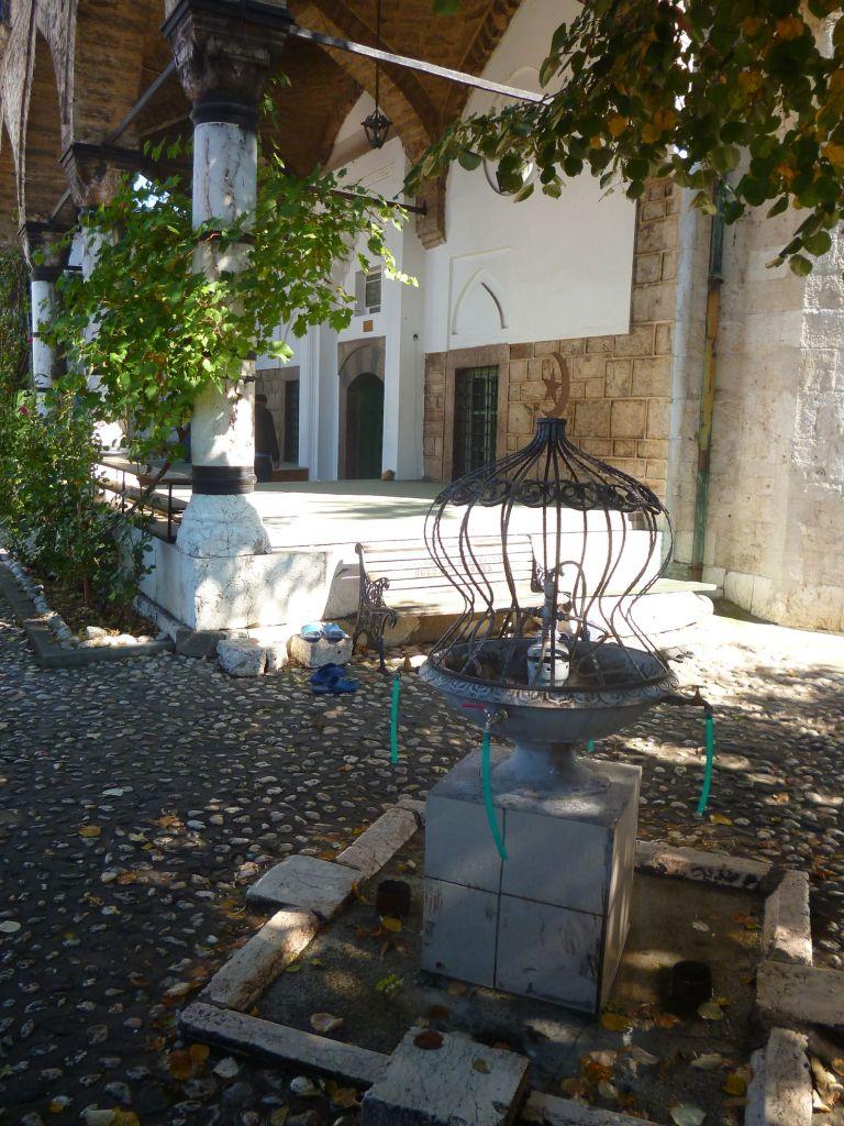 Чесма в дворике мечети. Фото: Елена Арсениевич, CC BY-SA 3.0