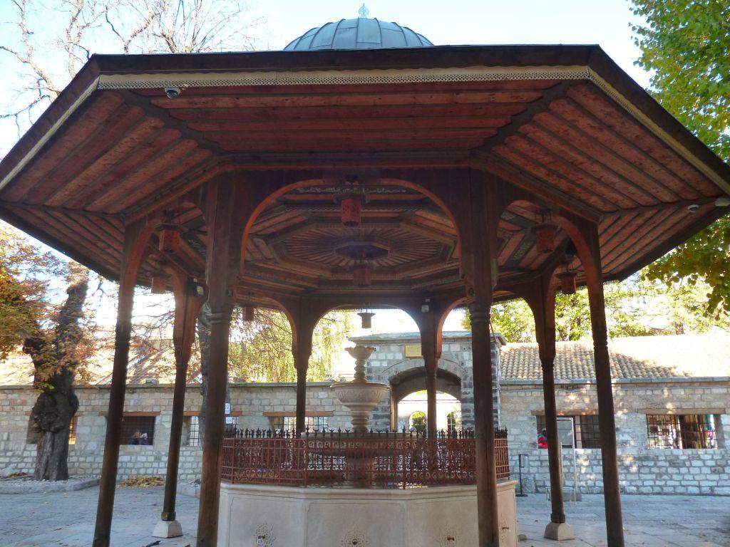 Шадрван во дворе Беговой мечети. Фото: Елена Арсениевич, CC BY-SA 3.0
