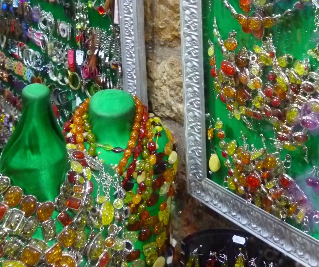 В Безистане продают украшения. Фото: Елена Арсениевич, CC BY-SA 3.0