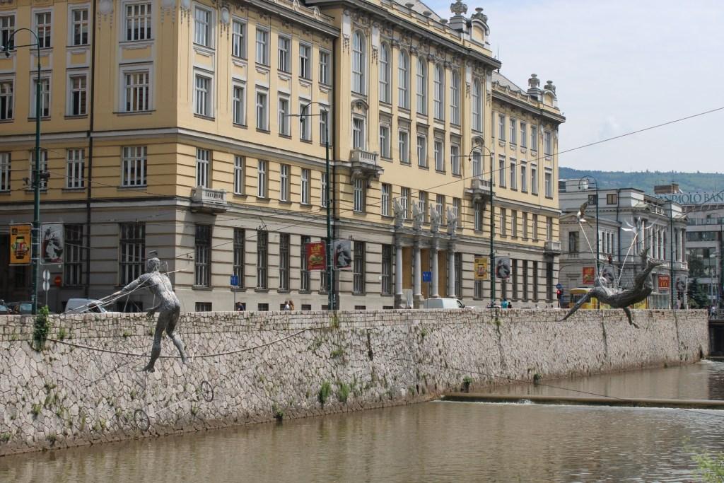 Скульптуры на фоне Главной почты. Фото: Елена Арсениевич, CC BY-SA 3.0