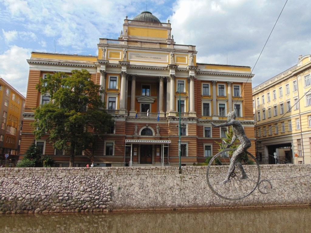 Отличный фон для скульптуры. Фото: Елена Арсениевич, CC BY-SA 3.0