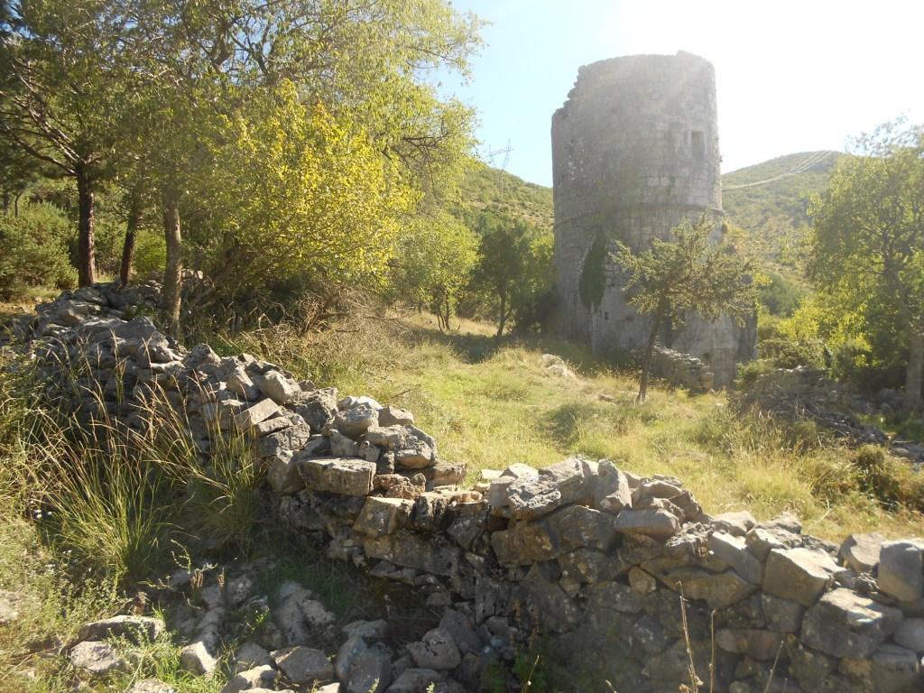 Чтобы попасть к башне, нужно перебраться через каменную ограду. Фото: Елена Арсениевич, CC BY-SA 3.0