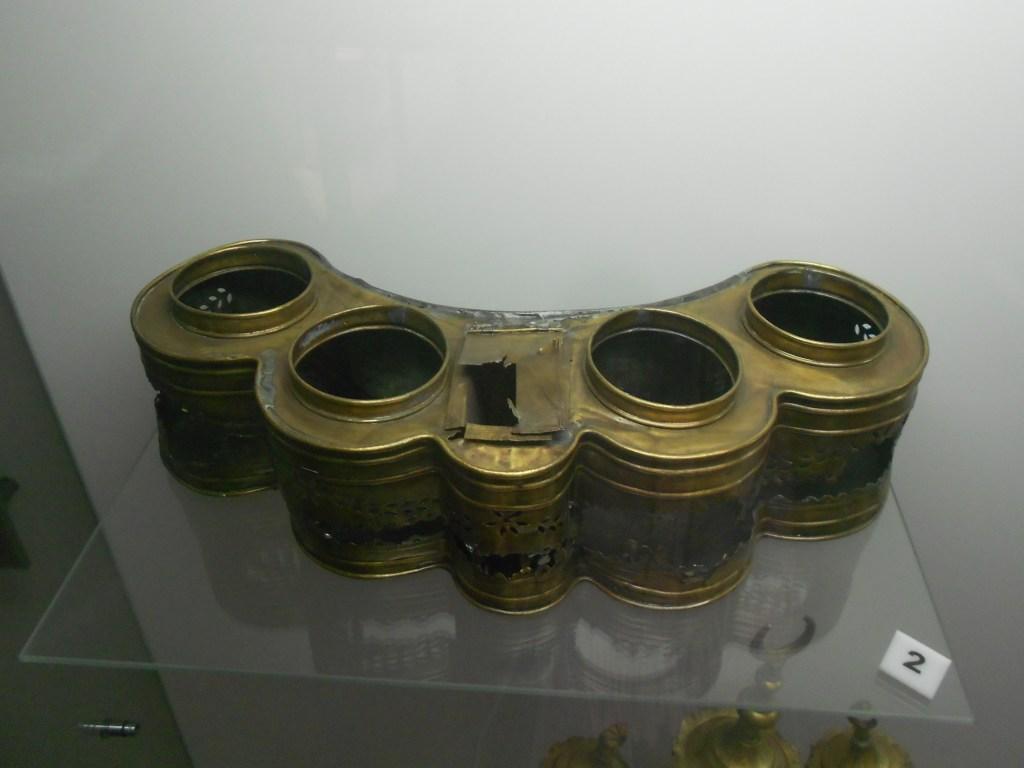 Пояс-подставка для стаканов. Музей Бруса Безистан. Фото: Елена Арсениевич, CC BY-SA 3.0