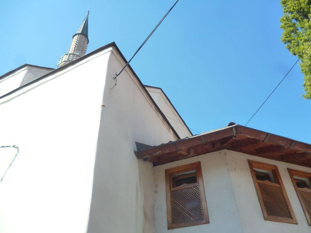 Пристройка с мушебаками, деревянными решётками на окнах. Фото: Елена Арсениевич, CC BY-SA 3.0