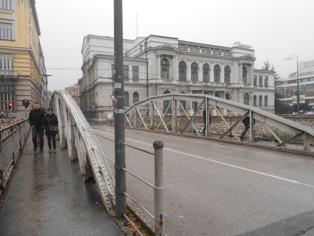 Мост Чобания и Народный театр. Фото: Елена Арсениевич, CC BY-SA 3.0