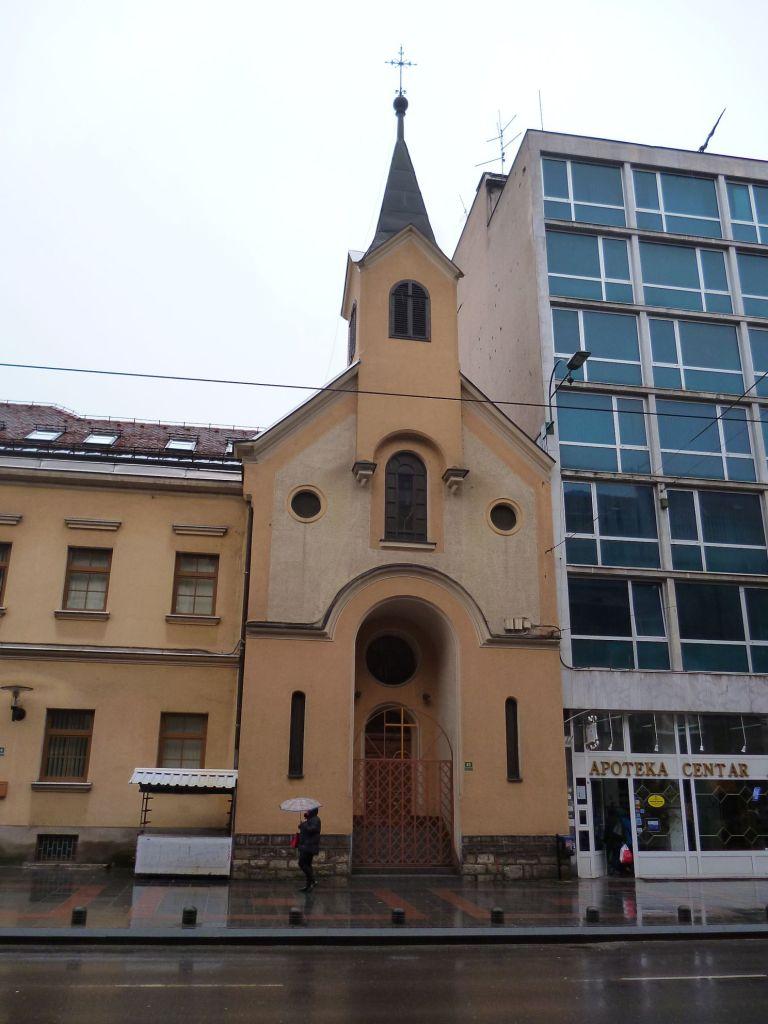 Церковь и соседи. Фото: Елена Арсениевич, CC BY-SA 3.0
